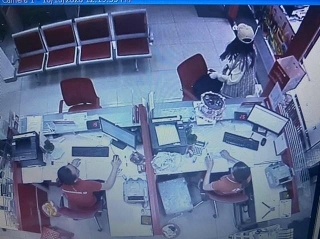 Hiện trường vụ cướp được camera an ninh ghi lại.