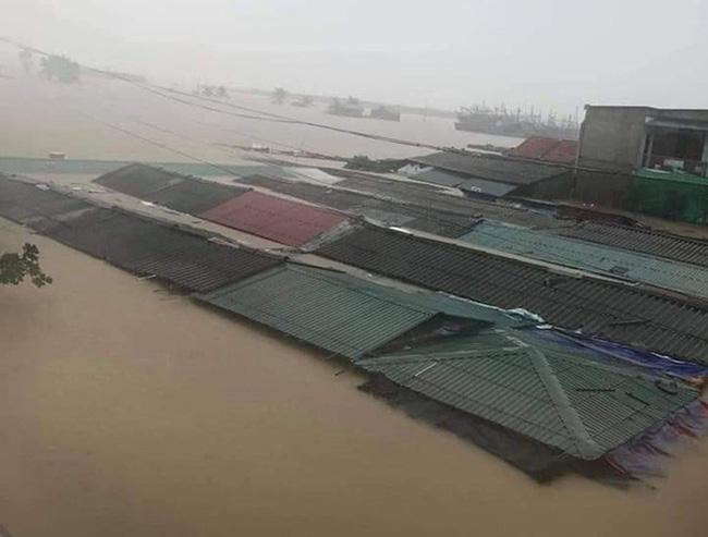 Chợ Quảng Bình sau 2 ngày chìm trong mưa lũ lịch sử. Ảnh: Quảng Bình online.
