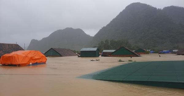 Những ngôi nhà chỉ thấy nóc ở Quảng Bình sau đợt mưa ngày 18 - 19/10. Ảnh: Quảng Bình online, Gia đình.net, Thanh niên...