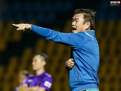 Nắm bắt được cơ hội, HLV Phan Thanh Hùng yêu cầu các cầu thủ Than Quảng Ninh dồn lên tấn công ngay từ đầu