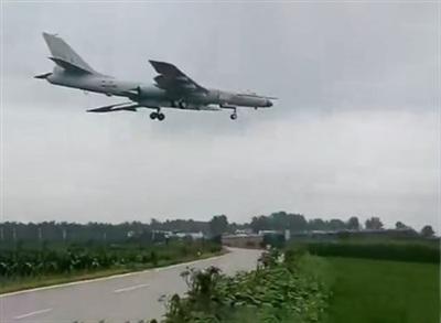 Máy bay ném bom chiến lược H-6N của Trung Quốc mang tên lửa đạn đạo phóng từ trên không trong chuyến bay thử nghiệm