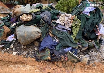 Quân phục của các nạn nhân vẫn còn trong đống đổ nát.