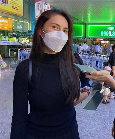 Thủy Tiên tại sân bay khi vừa trở về TP.HCM sau nhiều ngày đi cứu trợ miền Trung