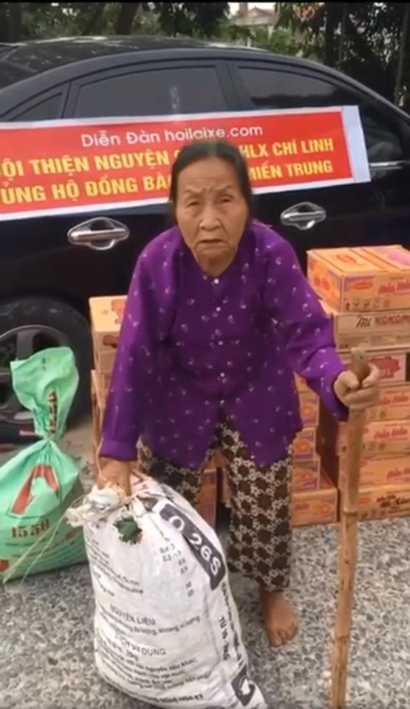 Cụ bà 'cõng' chiếc bao ủng hộ quần áo, mì tôm cho người dân miền Trung (Ảnh cắt từ clip)
