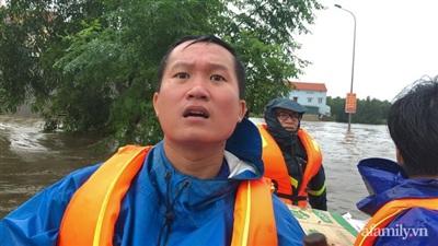 Anh Nguyễn Văn Khương, 1 người con Lệ Thủy hàng ngày vẫn miệt mài chèo thuyền, ghe đi phát đồ cứu trợ cho người dân vùng bị cô lập.
