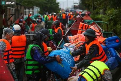 Ngày 21/10, tại huyện Lệ Thuỷ, tỉnh Quảng Bình, hàng chục đoàn cứu trợ đã đưa hàng hoá về hỗ trợ cho bà con vùng lũ. Lực lượng chức năng vẫn tiếp tục cứu hộ nhiều người dân mắc kẹt tại vùng ngập nặng.