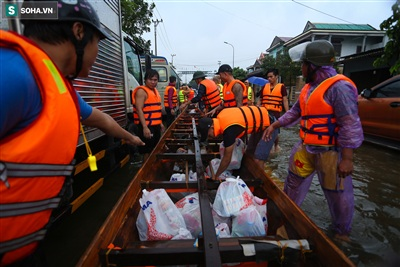 Theo thông tin phóng viên nhận được, trong hôm nay và vài ngày tới sẽ tiếp tục có thêm nhiều đoàn cứu trợ từ khắp nơi trên cả nước hướng về để hỗ trợ bà con vùng lũ Quảng Bình.