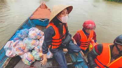 Nữ ca sĩ Thủy Tiên vào tận vùng tâm lũ để hỗ trợ đồng bào miền Trung