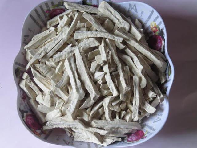 Những lát khoai được thái mỏng, phơi cho đến khi khô cong, giòn rụm.