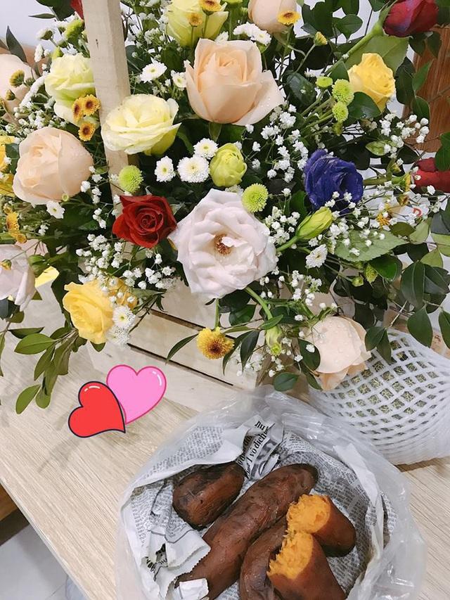 Kèm theo bó hoa siêu đẹp là một món quà vô cùng 'bình ổn giá' trong dịp này.
