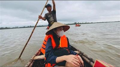 Hình ảnh ca sĩ Thuỷ Tiên đến miền Trung trợ giúp cho bà con chịu ảnh hưởng của mưa lũ (Ảnh: FBNV)