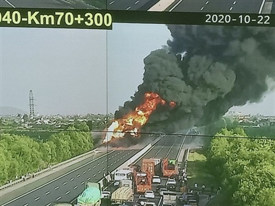 Hiện trường vụ cháy trên cao tốc Hải Phòng - Hà Nội, đoạn đi qua địa phận TP Hải Dương.