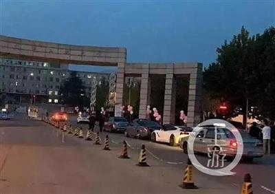 Đoàn siêu xe tiến vào cổng trường.