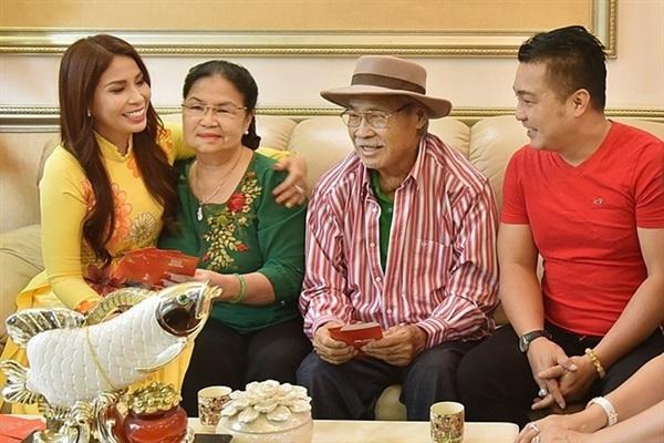 NSND Lý Huỳnh cùng vợ và bên 2 con diễn viên Lý Hùng và Lý Hương.