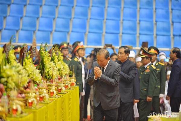 Dẫn đầu đoàn viếng là Phó Thủ tướng Thường trực Chính Phủ Trương Hòa Bình.