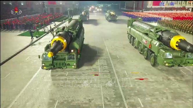 Một loại tên lửa được cho là đạn đạo liên lục địa của Triều Tiên tham gia lễ duyệt binh nhân kỷ niệm 75 năm thành lập Đảng Lao động Triều Tiên ở Bình Nhưỡng ngày 10/10/2020. Ảnh: AFP/TTXVN