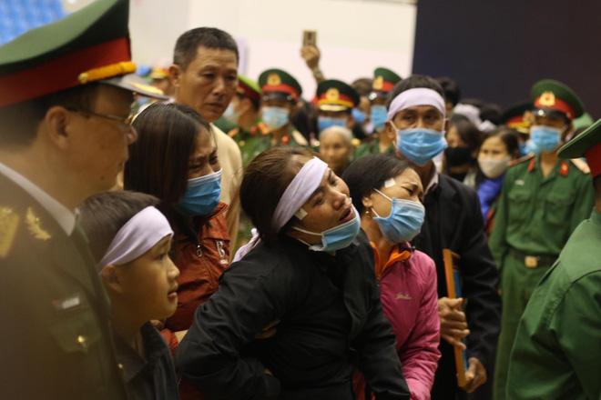 Vợ chiến sĩ Nguyễn Thành Trung: 'Anh ơi! Còn 5 tháng nữa thôi sao anh nỡ bỏ em đi'