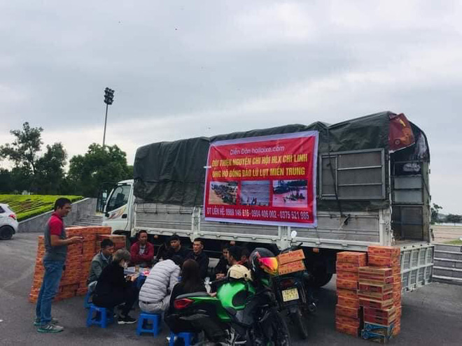 Những chiếc xe tải chở đồ quyên góp, ủng hộ đồng bào miền Trung