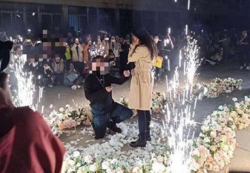 Khung cảnh lãng mạn của buổi cầu hôn. Ảnh: Sohu