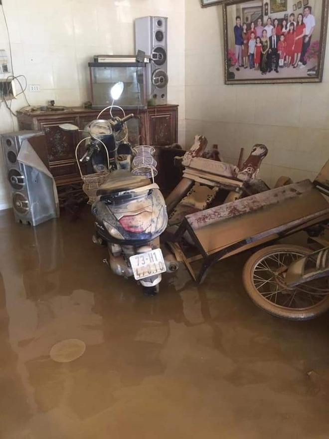 Những chiếc xe máy bị ngâm trong nước lũ nhiều ngày, nhầy nhụạ bùn đất