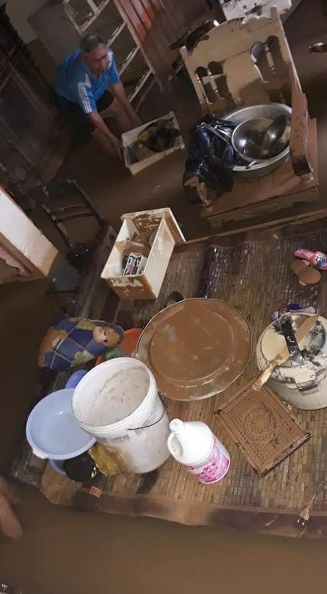 Nhiều đồ đạc vẫn bị ngâm trong nước do lũ chưa rút hết