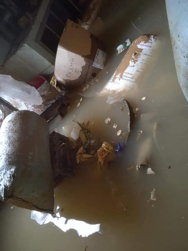 Trên tường nhà vẫn in hằn mực nước lũ.