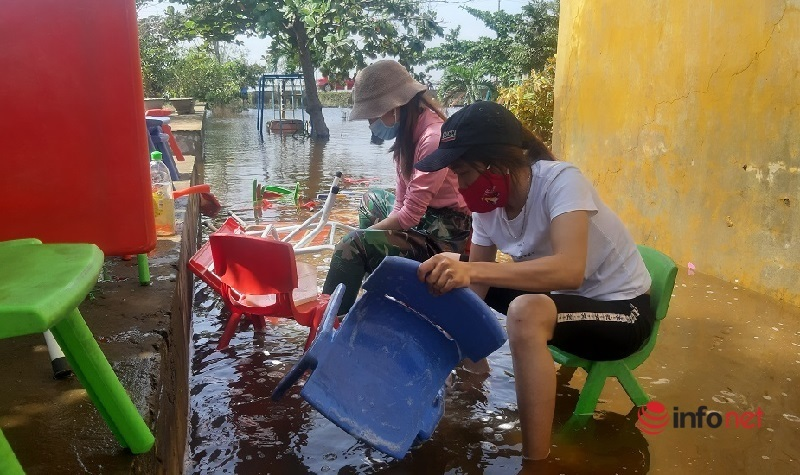 Các cô giáo trường Mầm non Thanh Thủy (huyện Lệ Thủy) tranh thủ dọn dẹp ở trường.