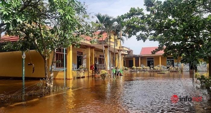 Mặc dù nước lũ đã rút nhưng một số điểm thấp vẫn còn ngập nước. Tại trường mầm non xã Thanh Thủy vẫn mênh mông nước.