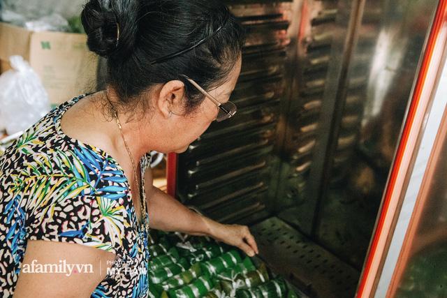 Từng đòn bánh được hấp chín kỹ, lau chùi cẩn thận sau khi chín và tiến hành đóng gói để bánh được bảo quản tốt nhất.