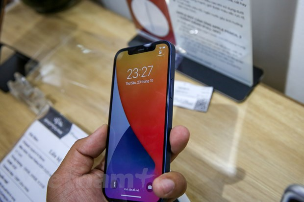 Ở mặt trước, máy vẫn có thiết kế 'tai thỏ' quen thuộc của Apple trong vài năm trở lại đây. Nâng cấp nổi bật nhất trên iPhone 12 so với thế hệ trước là màn mình. Màn hình trên iPhone 12 có kích thước 6,1 inch, dùng tấm nền OLED thay cho IPS trên iPhone 11. Viền màn hình nhỏ giúp ngoại hình của iPhone 12 bớt thô kệch so với iPhone đời trước. (Ảnh: Minh Sơn/Vietnam+)