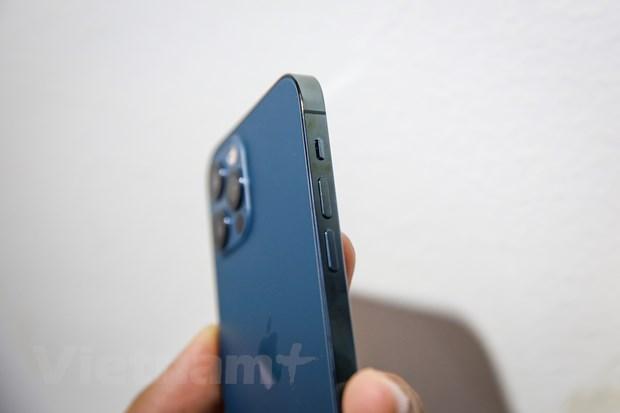 Máy được trang bị viền thép bóng thay vì viền nhôm như iPhone 12, bộ nhớ trong từ 128GB. (Ảnh: Minh Sơn/Vietnam+)