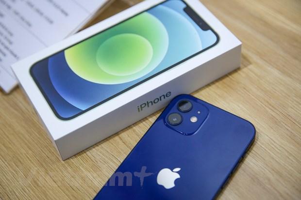 Về cấu hình, iPhone 12 vẫn chạy chip A14 Bionic tương tự iPhone 12 Pro hay 12 Pro Max. Apple cho biết đây là con chip di động mạnh mẽ nhất hiện nay dựa trên tiến trình 5 nm. (Ảnh: Minh Sơn/Vietnam+)