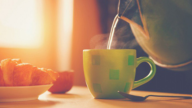 Uống nước vào buổi sáng sẽ làm sạch hệ thống đường ruột và tăng cường hoạt động trao đổi chất.
