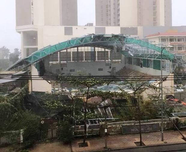 Nhà thi đấu Đại học Khánh Hòa tan tành trong cơn bão Damrey (Ảnh: Báo Người lao động)