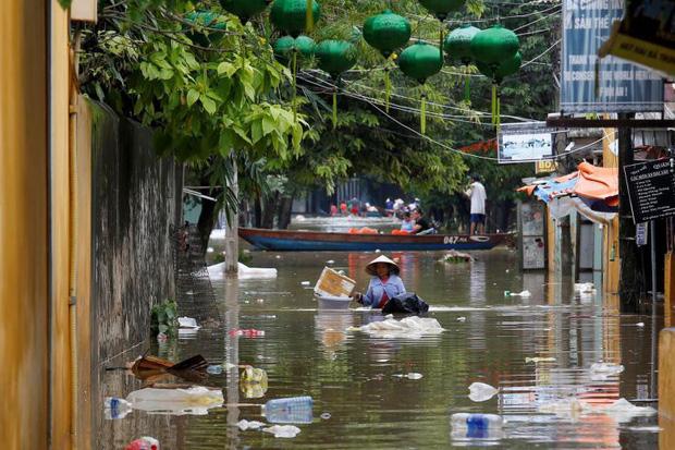 Rác thải trôi nổi trên đường cùng dòng nước (Ảnh: Reuters)
