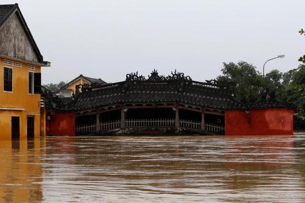 Cây chùa Cầu nổi tiếng cũng chịu chung số phận khi nước dâng cao (Ảnh: Reuters)
