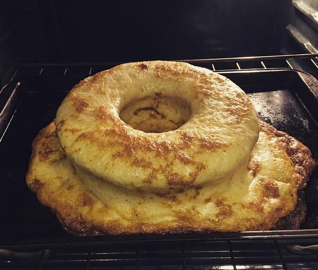 Mở cửa lò vẫn thắc mắc không biết tại sao chiếc bánh hôm nay lại thành ra thế này. Mẹ này nghĩ mãi mới nhận ra tự nhiên tăng lượng bột nở cho vào bánh đến 12 lần.