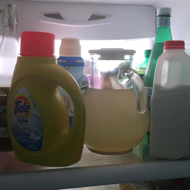 Cẩn thận đến mức cất hẳn bột giặt vào tủ lạnh.