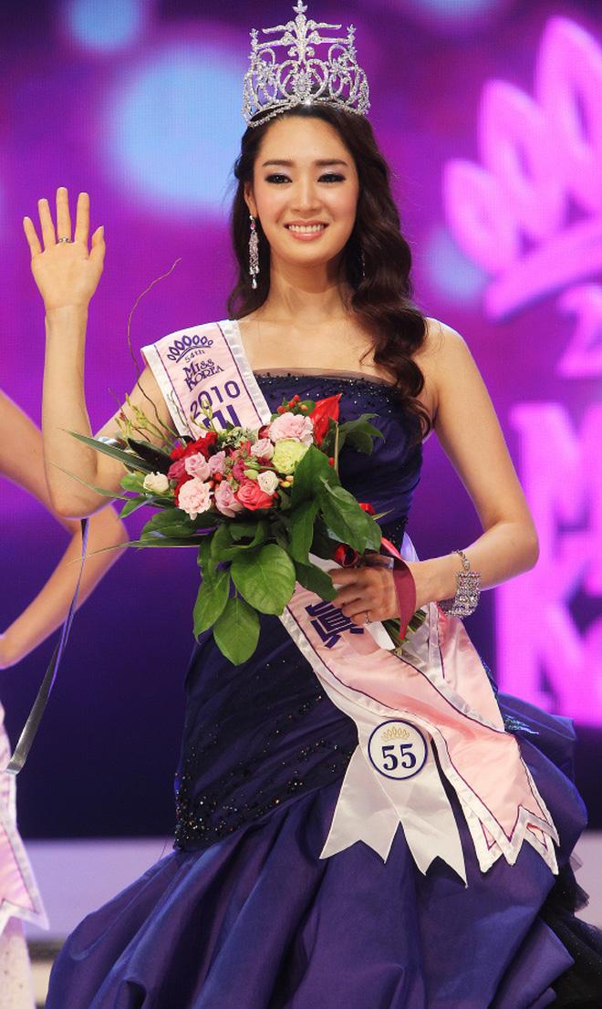 Jung Sora gần đây nhận được nhiều sự chú ý với tin đồn hẹn hò tài tử Lee Min Ho. Cô vượt qua 55 thí sinh và đăng quang tại cuộc thi Hoa hậu Hàn Quốc 2011. Người đẹp sở hữu thần thái sang trọng, quyến rũ