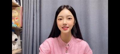 Tân hoa hậu Hàn Quốc Kim Hye Jin bị chê thiếu tự nhiên. Trong một hình ảnh đời thường, cô còn trông khá kém sắc, mặt đơ cứng