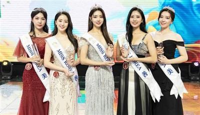 Tân Hoa hậu Kim Hye Jin bị Á hậu Ryu Seo Bin (số báo danh 13 bên trái) lấn át khi cả hai đứng cạnh nhau