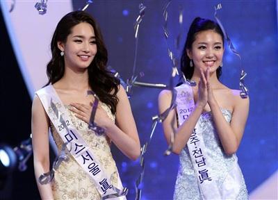 Thậm chí, một bộ phận netizen còn yêu cầu ban tổ chức tước vương miện của Kim Yoo Mi. Họ cho rằng việc một mỹ nhân vướng lùm xùm 'dao kéo' chiến thắng trước người đẹp tự nhiên Lee Jung Bin (Á hậu 1) là không xứng đáng, gây bức xúc trong cộng đồng mạng