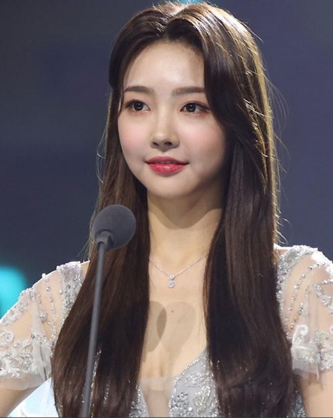 Tân Hoa hậu Kim Hye Jin cũng mất điểm với gương mặt cứng nhắc, thiếu tự nhiên