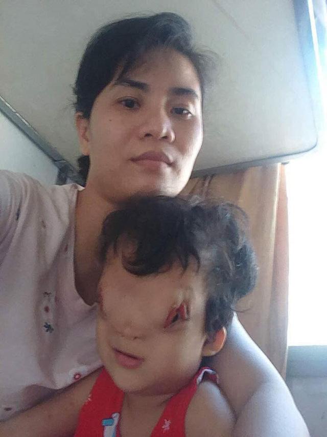 Mẹ con bé Hoàng Dung.