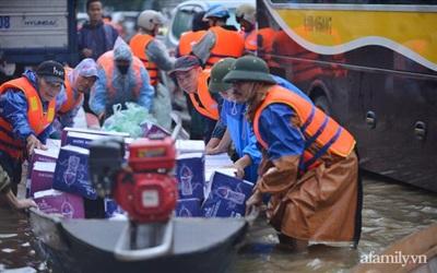 Những đồ cứu trợ như mỳ tôm, nước lọc... là những mặt hàng được hỗ trợ chủ yếu đến người dân miền Trung.