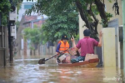 Đoàn cứu trợ đi sâu vào những khu vực bị cô lập để cứu trợ người dân.