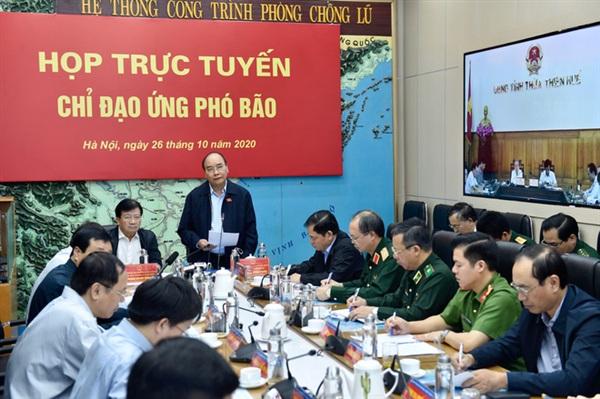 Thủ tướng Nguyễn Xuân Phúc phát biểu tại cuộc họp khẩn sáng 26/10 (Ảnh: VGP/Nhật Bắc)