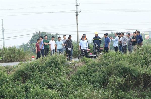 Lực lượng chức năng dẫn giải nghi phạm đến khu vực sông Nhuệ tìm kiếm nữ sinh mất tích