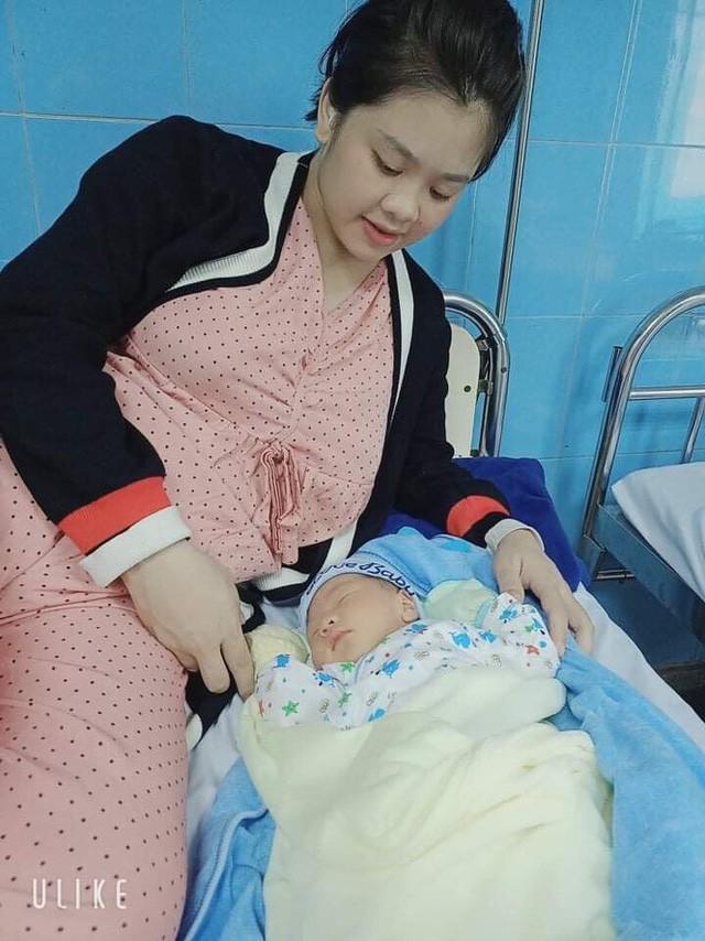 Lan bên cậu con trai mới sinh. Ảnh: NVCC