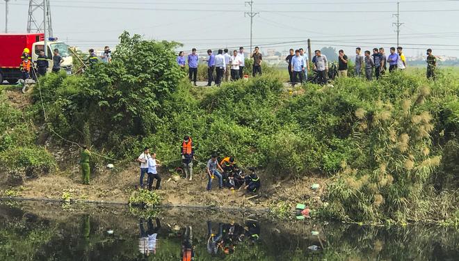 Khoảng 11h45 phút ngày 27/10, lực lượng công an áp giải nam nghi phạm sát hại nữ sinh Hiền đến bên bờ sông Nhuệ thuộc địa bàn xã Nguyễn Trãi để chỉ khu vực gây án và phi tang nạn nhân.